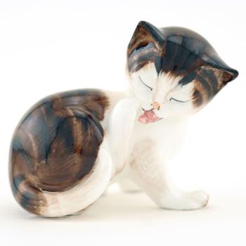 Character Kitten Licking Hind Paw HN2580 - Royal Doulton Animals