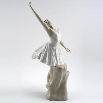 Ballerina HN3197 - Royal Doulton Figurine