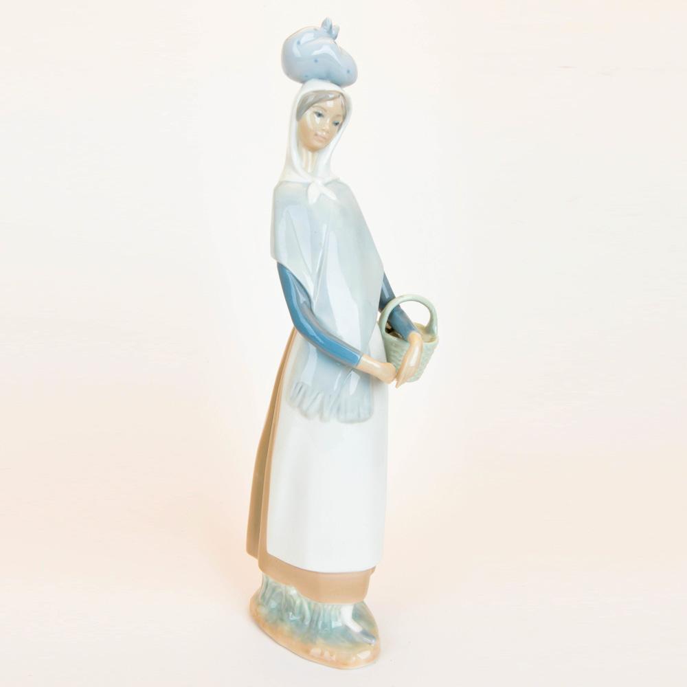 Girl Marketing Day 1004502 - Lladro Figurine